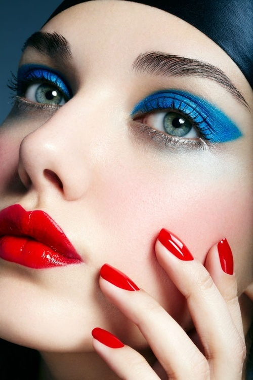 kırmızı ruj ve dumanlı gözler makyajı