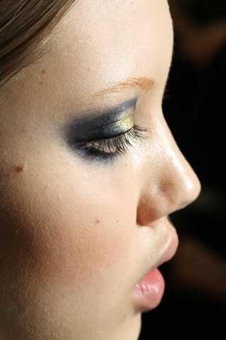 altın rengi göz makyajı
